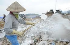 Hà Nội: Dùng chế phẩm nhập khẩu để khử mùi bãi rác Nam Sơn