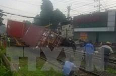 Băng qua đường ray, container bị tàu hỏa đâm trúng, tài xế mắc kẹt