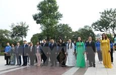 Dâng hoa tưởng niệm lãnh tụ Lenin nhân kỷ niệm Cách mạng tháng Mười