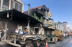 Hai xe container đâm nhau, một người chết, ba nhà dân bị cháy