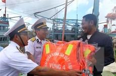 Bộ Tư lệnh Vùng 4 Hải quân tặng quà cho ngư dân Ninh Thuận