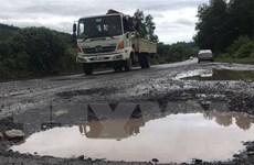"""Quốc lộ 27C xuất hiện nhiều 'ổ voi,"""" tiềm ẩn nguy cơ tai nạn"""
