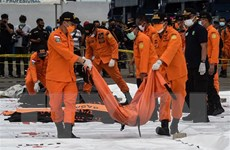 Indonesia: Tìm thấy nhiều phần thi thể, hành lý và mảnh vỡ máy bay