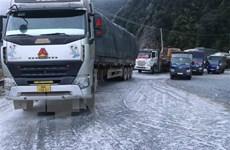 Mặt đường Quốc lộ 4D bị đóng băng, các phương tiện không thể lưu thông