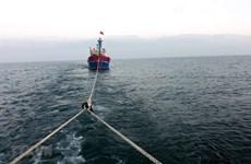 Tàu Trường Sa 18 lai kéo tàu cá Khánh Hòa gặp sự cố trên biển