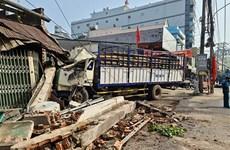 Tai nạn liên hoàn giữa 7 xe trên Quốc lộ 1A, hai nhà dân bị đổ sập