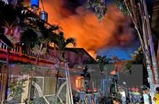 TP.HCM: Cháy lớn tại kho vải ở Hóc Môn, lan sang công ty bên cạnh