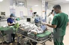 Vụ xe khách đâm xe đầu kéo: Khẩn trương cứu chữa người bị thương