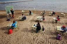 Tây Ban Nha: Tổ chức lớp học trên bãi biển để phòng dịch COVID-19