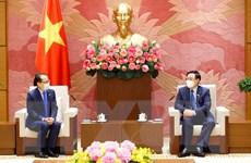 Chủ tịch Quốc hội Vương Đình Huệ tiếp Đại sứ Campuchia Chay Navuth
