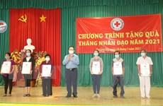 Trưởng Ban Tuyên giáo Trung ương tặng quà hộ khó khăn tại Tiền Giang