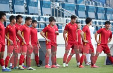 Đội tuyển Việt Nam tập trên sân Al Maktoum trước trận gặp Malaysia