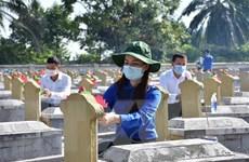 Tuổi trẻ Hà Tĩnh dâng gần 6.000 đóa sen hồng lên mộ các liệt sỹ