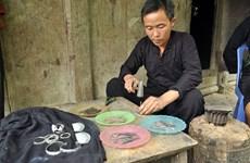 Khám phá nét độc đáo trong nghề chạm khắc bạc của người Mông