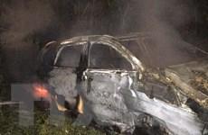 Ôtô đâm vào ống cống ven đường bốc cháy, 3 người thoát chết