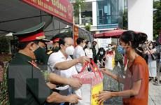 [Photo] Tình quân-dân trong những ngày Thủ đô căng mình chống dịch