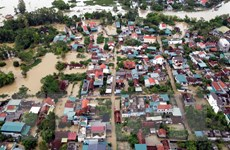 Nghệ An: Tiếp tế thực phẩm cho người dân bị cô lập trong vùng ngập lụt