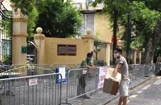[Photo] Tiếp tế cho người dân trong khu phong tỏa Bệnh viện Việt Đức