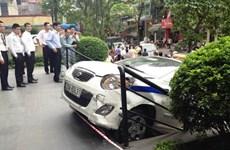 Hà Nội: Taxi Thanh Nga lao thẳng lên thềm tòa nhà Pacific