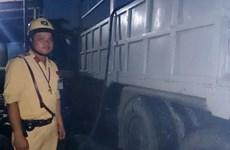 Truy đuổi xe nghi ngờ chở axit gây bỏng cho người đi đường