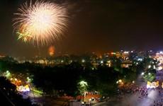 Vạn người dân Hà Nội nô nức đổ về Hồ Gươm ngắm pháo hoa