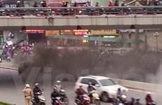 [Video] Xe Chevrolet bất ngờ bốc cháy dưới gầm cầu vượt Ngã Tư Sở