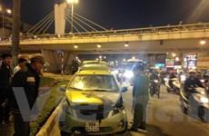 """Hà Nội: Xế hộp Chevrolet bất ngờ """"bốc hỏa"""" trên đường"""