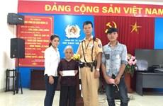 Cảnh sát giao thông giúp bà cụ lẫn trí đi lạc từ Thanh Hóa ra Hà Nội