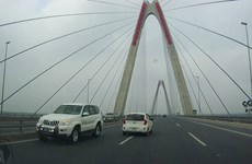 """Hà Nội: 5 xe ôtô """"nối đuôi"""" chạy ngược chiều trên cầu Nhật Tân"""
