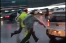 """Treo bằng tài xế taxi vượt đèn đỏ, """"ủn"""" cảnh sát để bỏ chạy"""