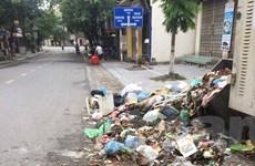 """Thị xã Sơn Tây """"ngập ứ"""" chất thải vì đường vào khu xử lý rác bị chặn"""