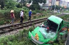 Hà Nội: Vượt đường ngang, taxi bị tàu hỏa kéo lê hàng chục mét
