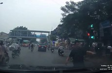 Hà Nội: Nam thanh niên vờ tai nạn, chặn xe để xin đểu tài xế