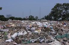 Hà Nội: Bất chấp biển cấm, rác thải vẫn bủa vây quanh xã Tân Triều