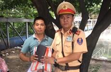 Hà Nội: Cảnh sát giao thông tìm lại tài sản thất lạc cho người dân