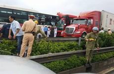 Hà Nội: Xe biển số Lào bị đâm trên cao tốc, 10 người bị thương