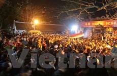 Hàng nghìn người trèo tường, vượt rào vào cúng sau lễ Khai ấn Đền Trần