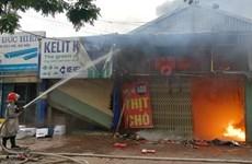Hà Nội: Cháy lớn trên đường Lạc Long Quân, 3 ngôi nhà chìm trong lửa