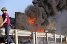 Xe tải bốc cháy dữ dội khi đâm nhau, hai người mắc kẹt tử vong