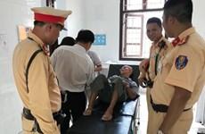 Hà Nội: Cảnh sát giao thông giúp cụ ông gặp tai nạn trên đường