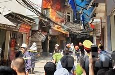 Hà Nội: Cháy lớn tại cửa hàng chăn ga gối đệm, nhiều người hoảng sợ