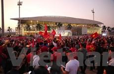 Hàng vạn cổ động viên Việt Nam nhuộm đỏ Sân vận động Mỹ Đình