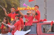 Cổ động viên nhuộm đỏ sân bay Nội Bài chờ đón các cầu thủ về nước
