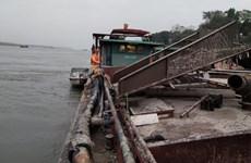 Hà Nội: Phạt hơn 70 triệu đồng một tàu khai thác lậu trên sông