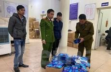 """Hà Nội: Thu giữ hàng trăm """"thẻ đeo diệt virus"""" trôi nổi"""