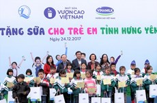 """400 ngàn trẻ em khó khăn được tặng sữa từ Quỹ sữa """"Vươn cao Việt Nam"""""""