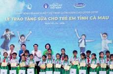 Chủ tịch Quốc hội tham dự lễ trồng cây và tặng sữa cho trẻ em Cà Mau