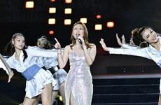Mỹ Tâm diện váy xẻ sâu, 'phiêu' trên sân khấu thành phố biển hồ
