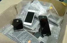 Hà Nội bắt hai vụ vận chuyển hơn 400 chiếc điện thoại lậu