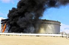 Libya: Trúng rocket, 5 bồn chứa dầu bốc cháy tại cảng Sidra
